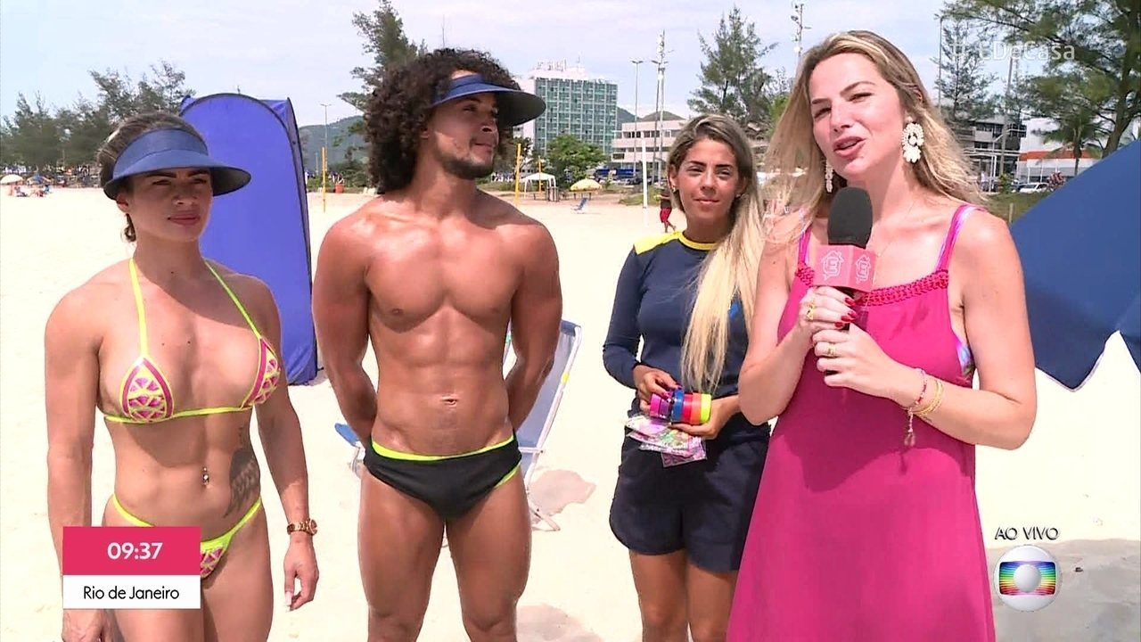 Biquíni de fita isolante, a nova moda do verão carioca