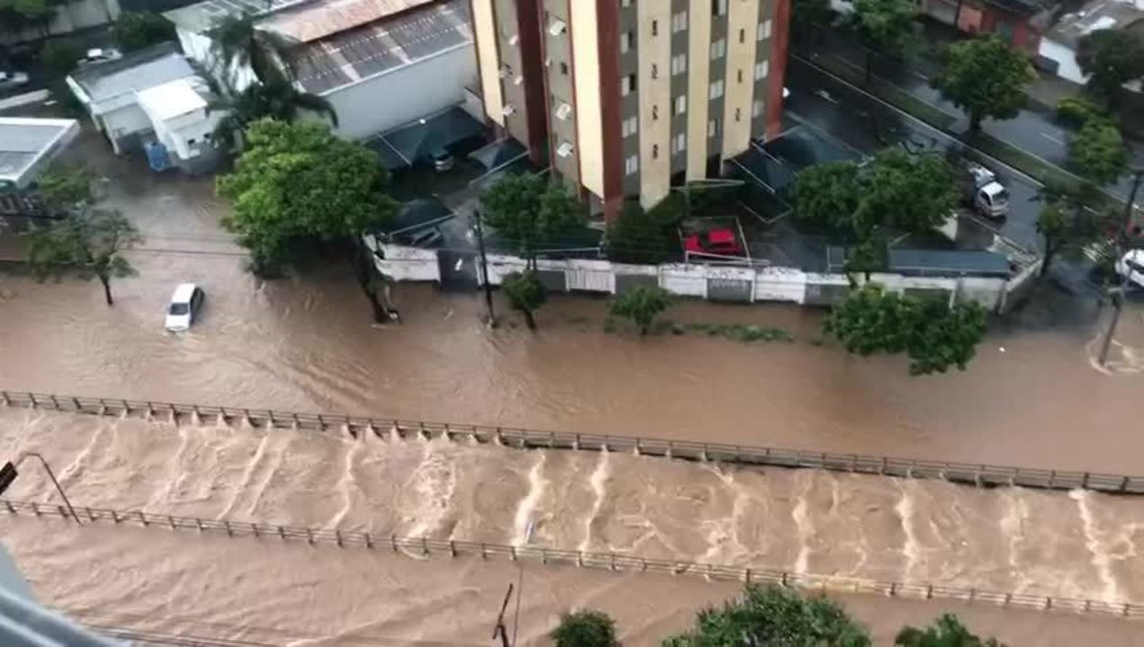 Temporal alaga a Avenida Bernardo Vasconcelos, na Região Nordeste de BH