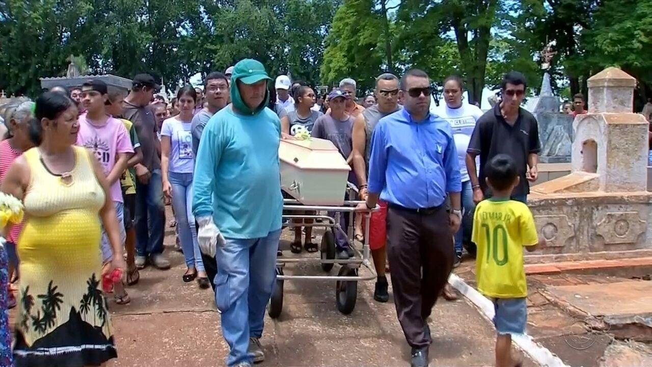 Menina encontrada morta após desaparecer em praça é enterrada em Chavantes