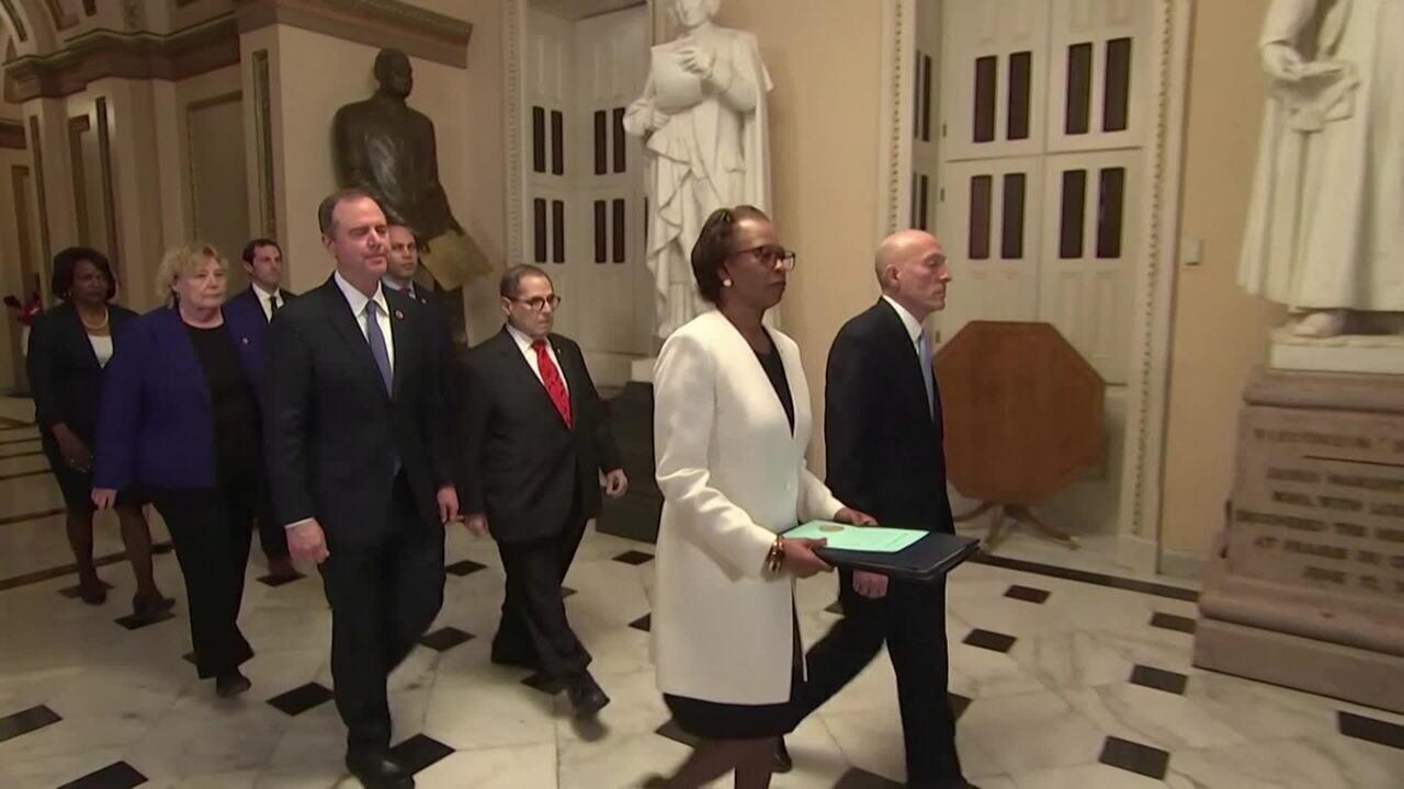 Democratas entregam processo de impeachment de Trump para Senado dos EUA