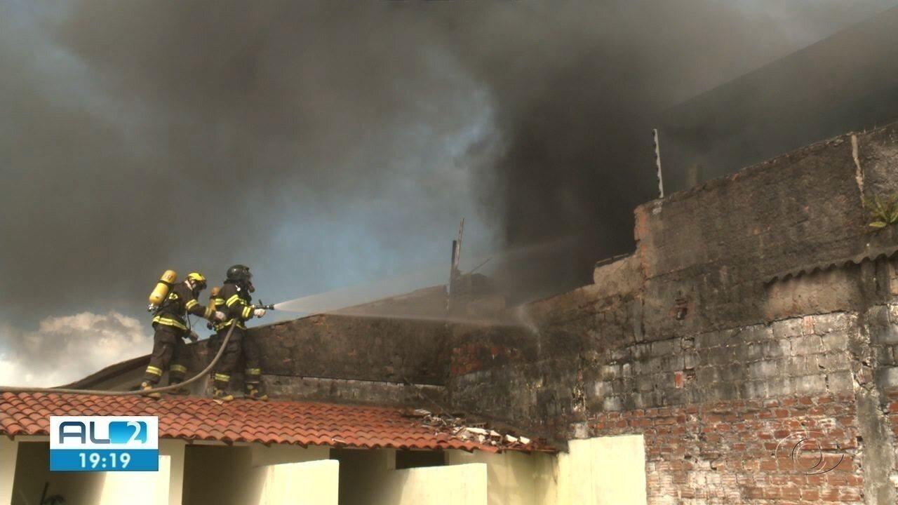 Incêndio de grandes proporções destrói fábrica de material sanitário em Maceió