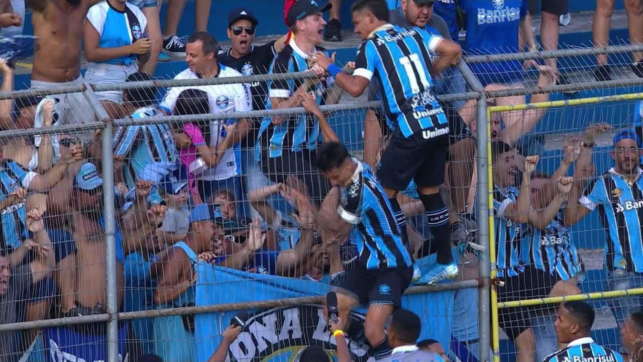 Gol do Grêmio! Felipe cruza na cabeça de Ferreira que marca o go de empate aos 37' do 2ºT