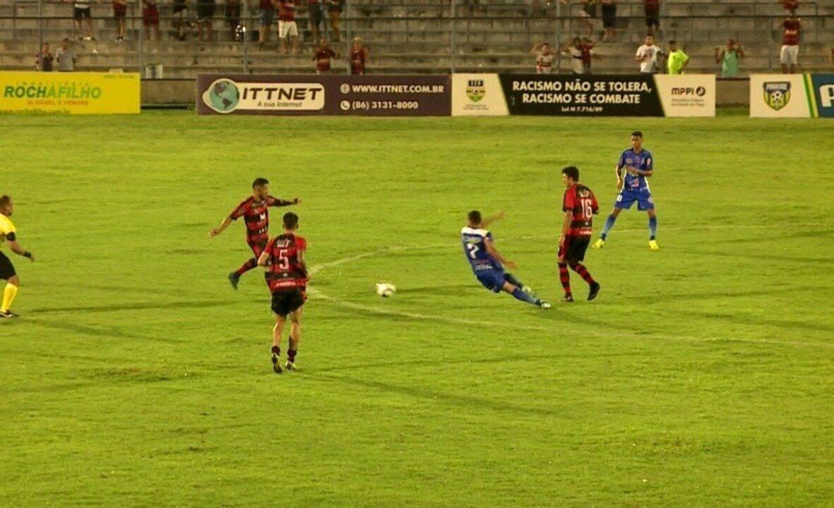 """Troca de passes do Flamengo-PI deixa jogador do Parnahyba no chão, e torcida grita: """"Olé"""""""