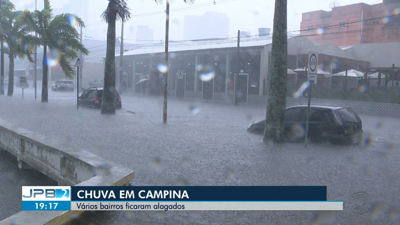 Chuva alaga ruas e deixa estragos em Campina Grande