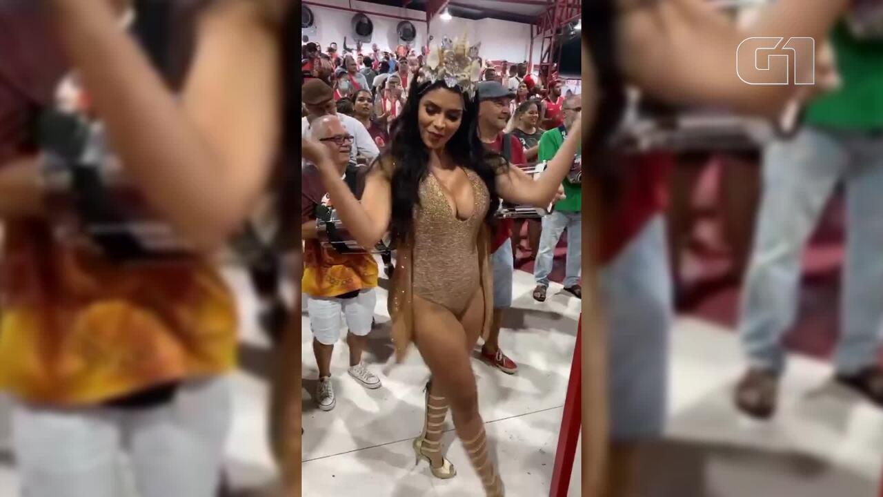 Raissa Machado cai no samba em noite de ensaio na Viradouro