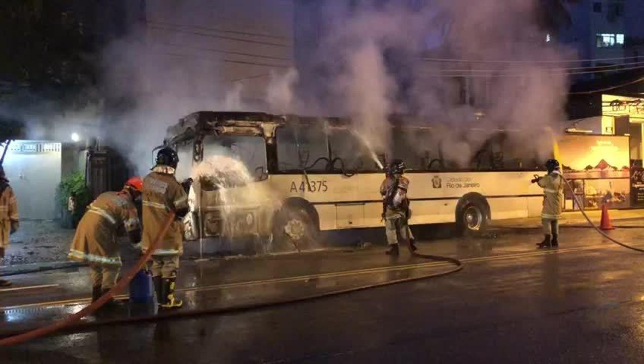 Bombeiros controlam incêndio em ônibus na Rua Jardim Botânico