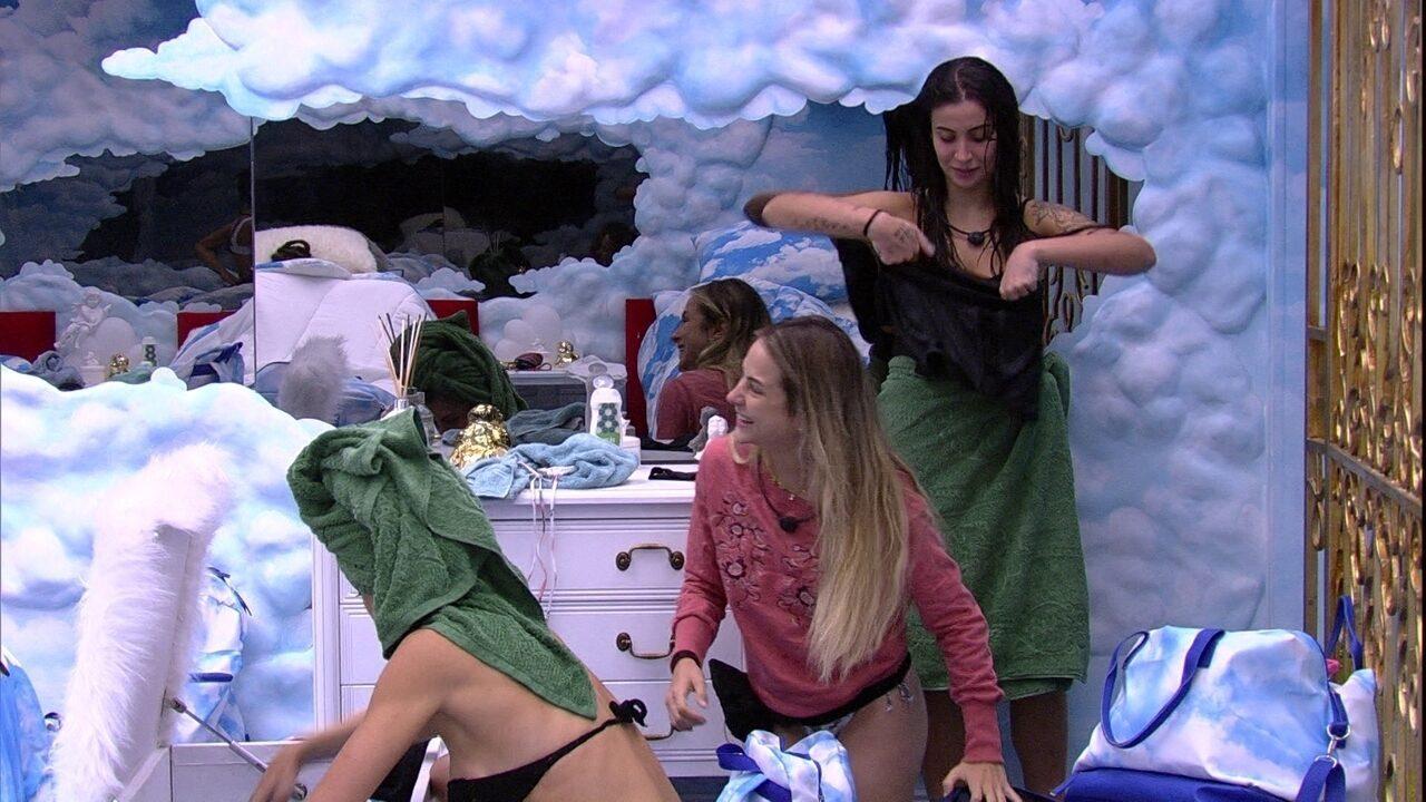 Sisters se arrumam no Quarto Céu, e Manu brinca: 'Anjos do quarto, me ajudem'