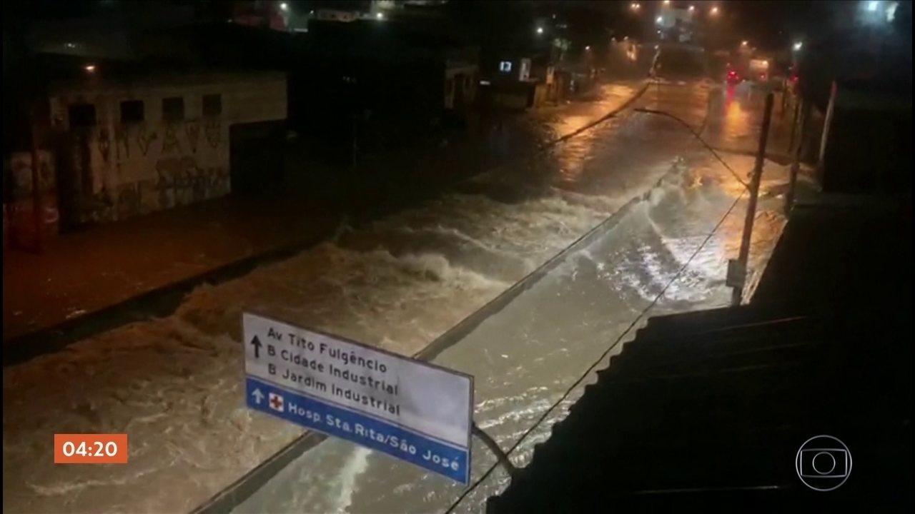 Forte chuva deixa ruas e avenidas alagadas em Belo Horizonte (MG)