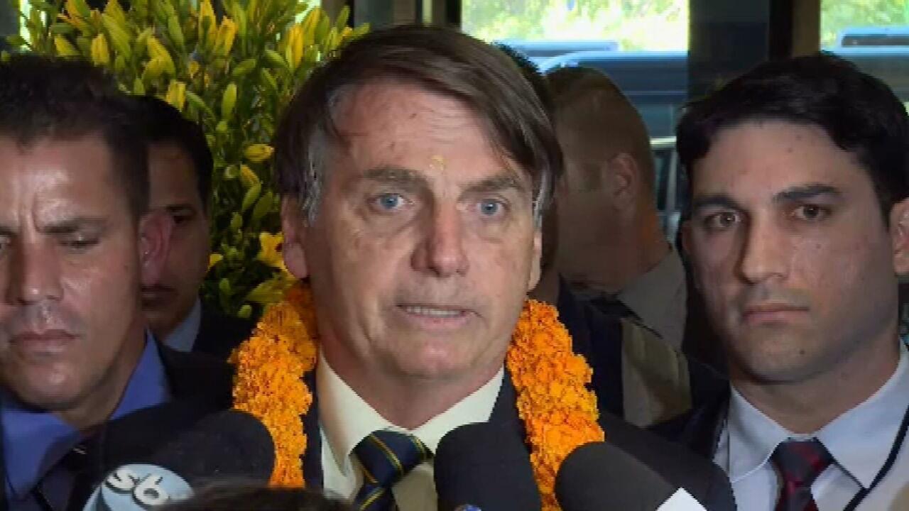 Bolsonaro chega à Índia e fala aos jornalistas