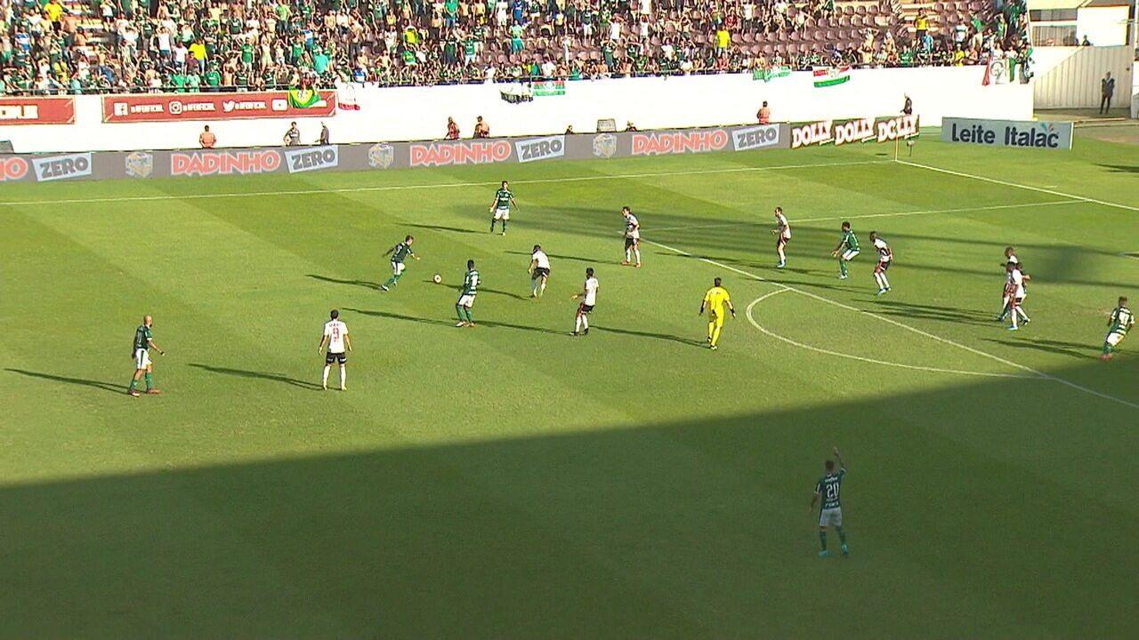 Luiz Adriano cabeceia na trave e quase marca para o Verdão