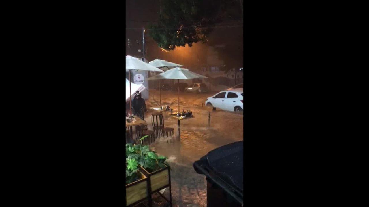 No bairro Sion, a enxurrada assustou motoristas e moradores