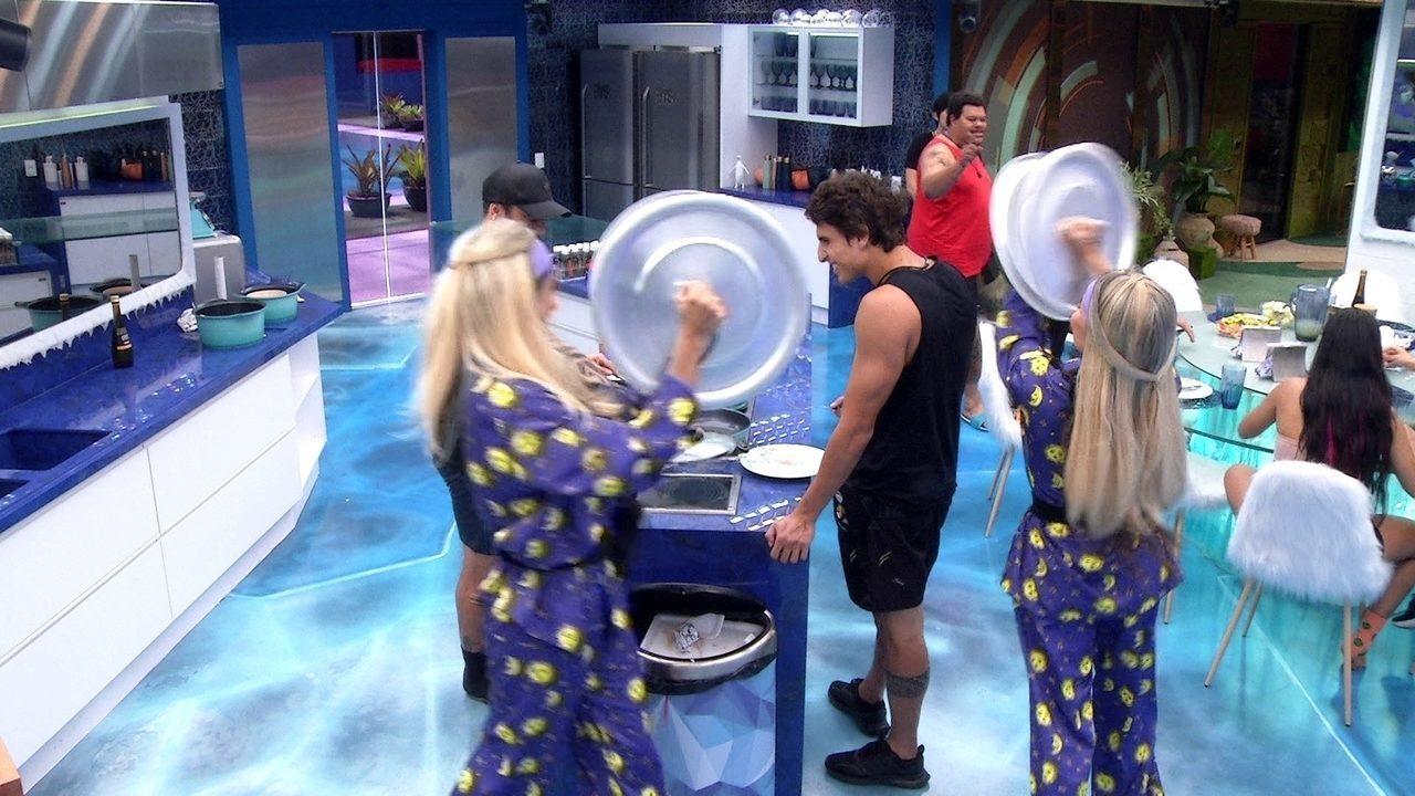 Bianca e Mari cumprem Castigo do Monstro pela primeira vez