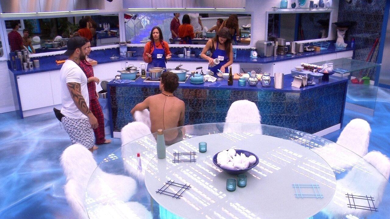 Mari e Flayslane preparam o almoço na cozinha VIP