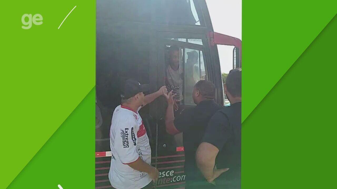 Torcedores do Brasil-Pel param ônibus da delegação e cobram jogadores e comissão técnica