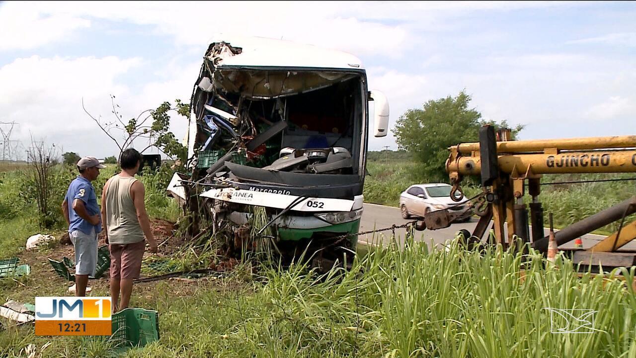 Ônibus bate em traseira de caminhão na BR-135 no MA