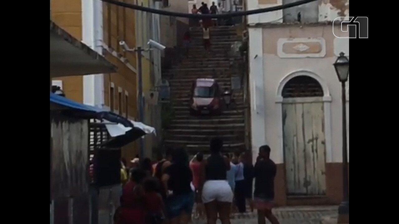 Com carro, motorista desce escadaria no Centro Histórico de São Luís