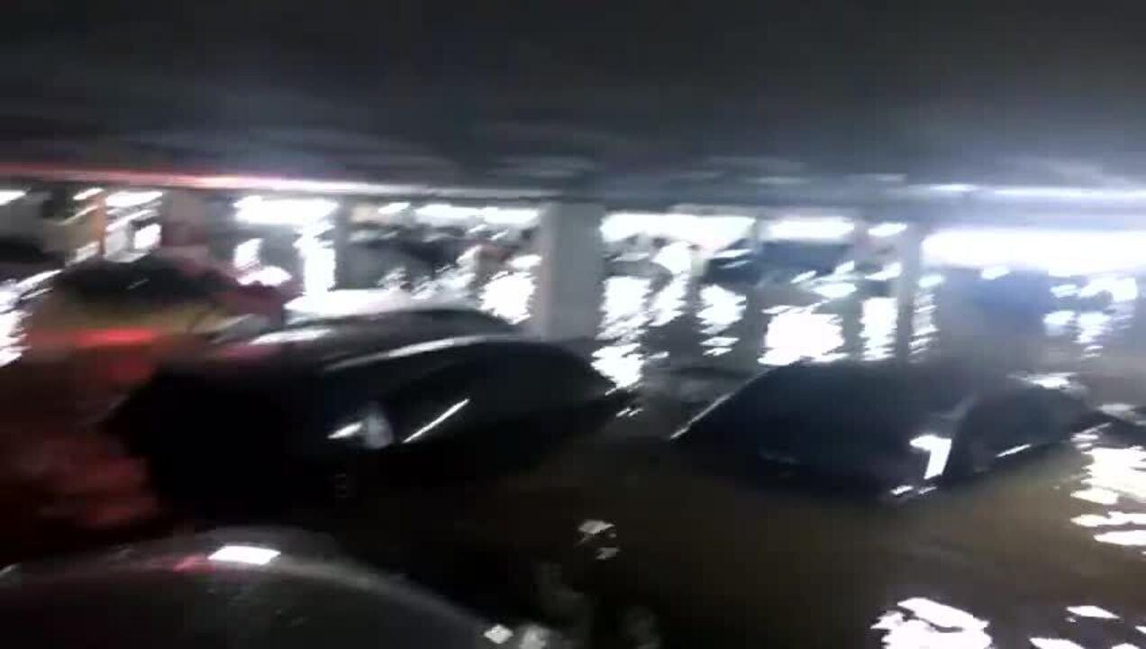 Chuvas deixam garagem de prédio submersa na Barra Funda