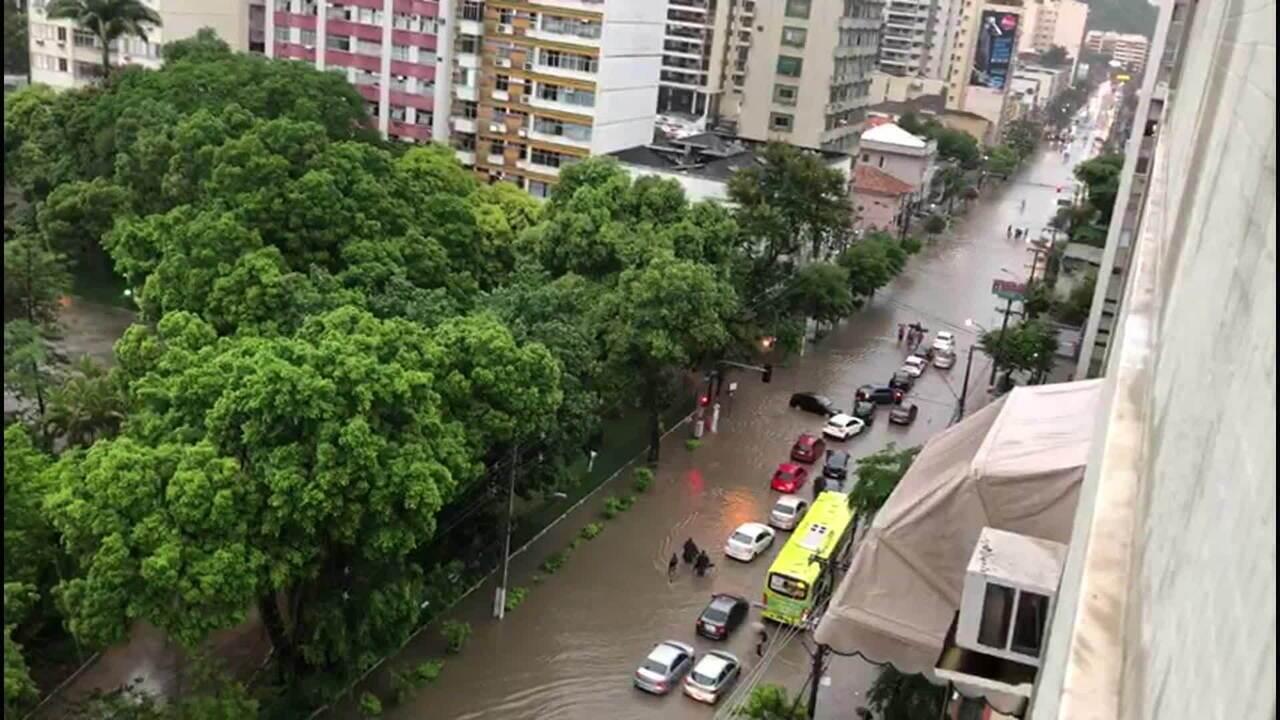 Centro e Zona Sul de Niterói enfrentam alagamentos