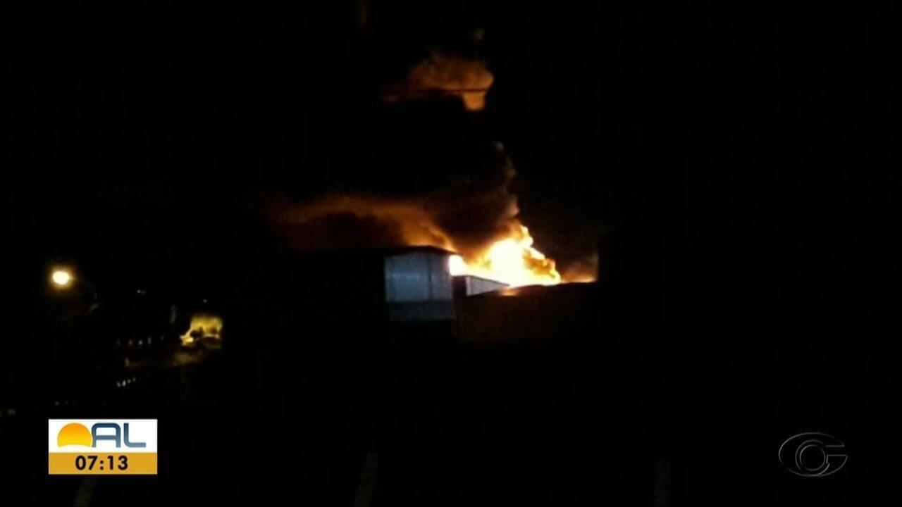Incêndio atinge fábrica de colchões em Maceió