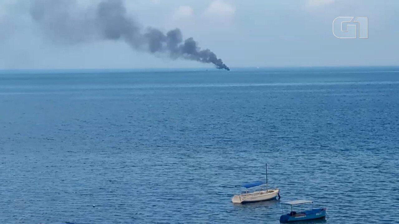Vídeo: Embarcação é atingida por fogo em Salvador