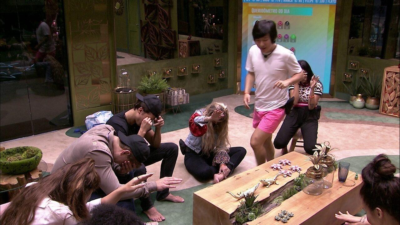 Brothers se reúnem na sala e brincam de Cidade Dorme