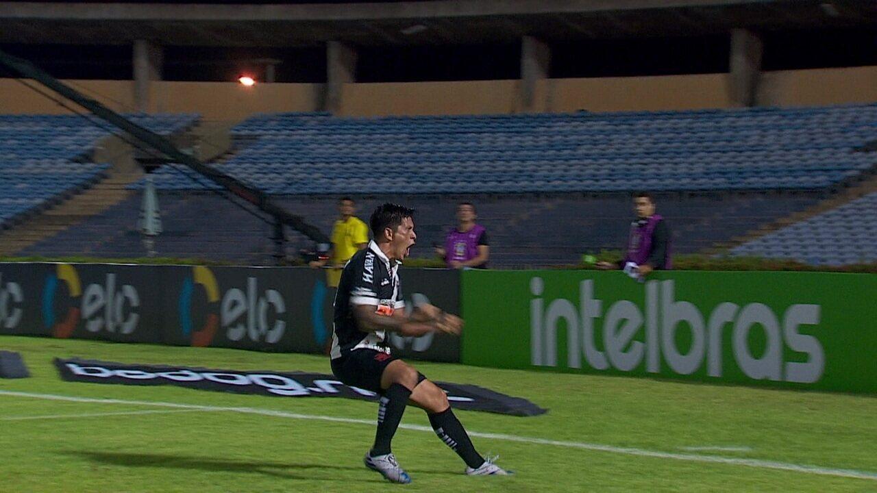 Gol do Vasco! Cano recebe de Talles, corta o marcador e faz um belo gol, aos 47' do 1ºT