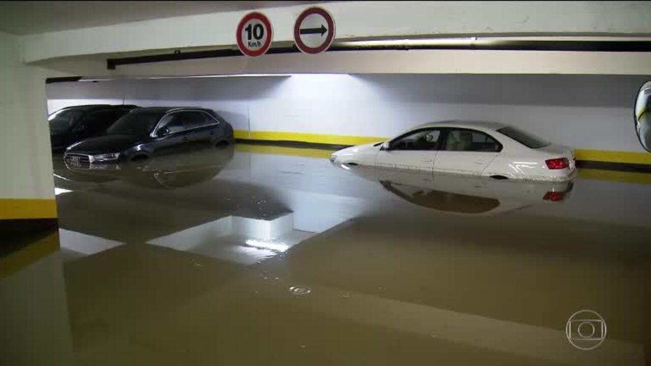 Depois da chuva, carros que ficaram submersos lotam oficinas em SP