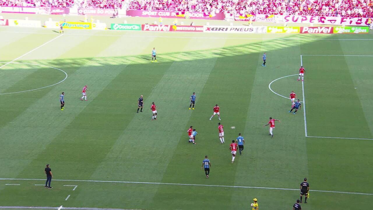 Diego Souza recebe em posição irregular e serve Everton