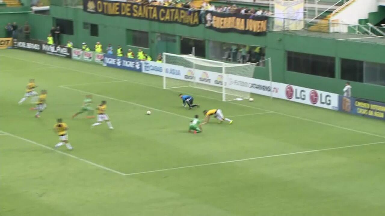 Gol da Chapecoense! Foguinho aproveita rebote de Gianezini e empata o jogo, aos 27' do 2