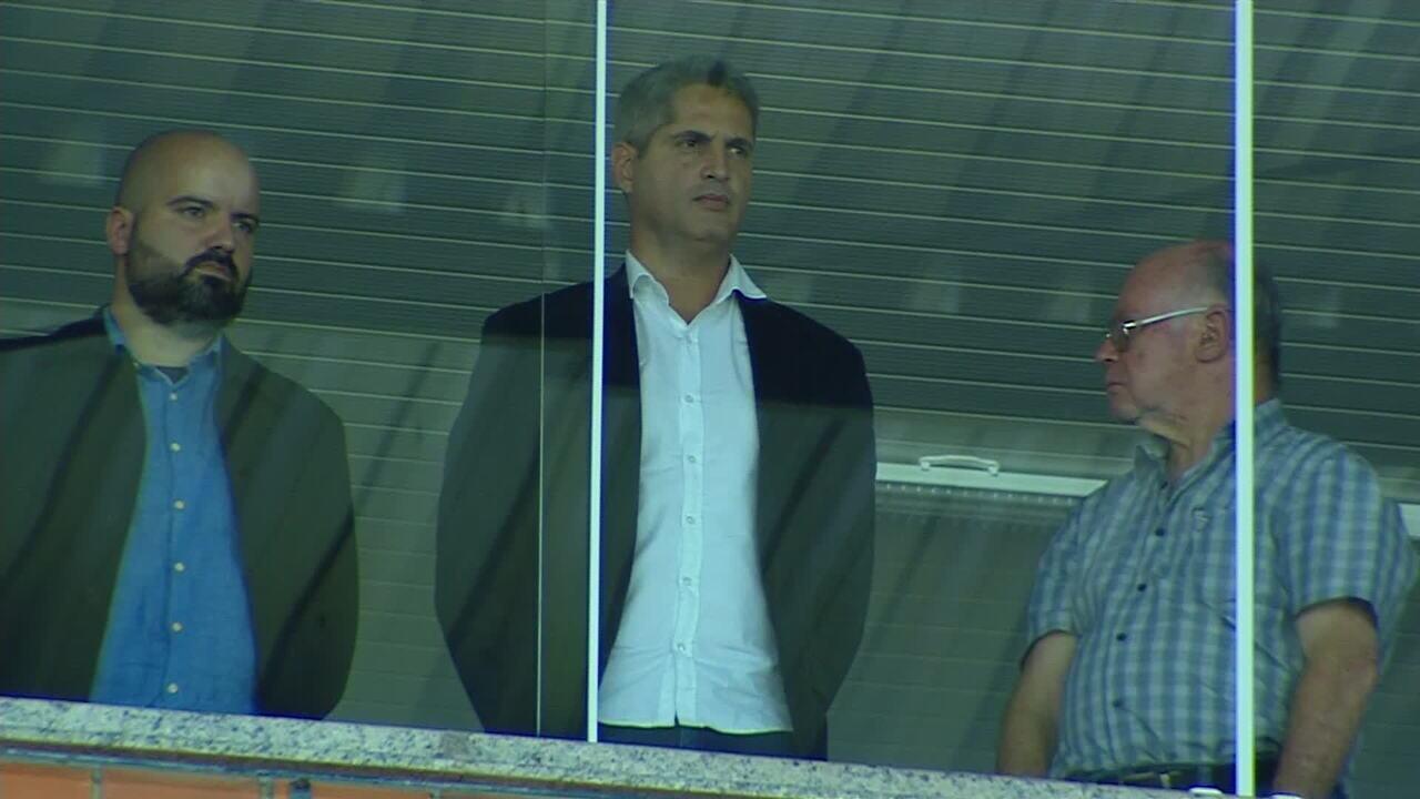 Novo técnico do Avaí, Rodrigo Santana assiste ao jogo na Ressacada