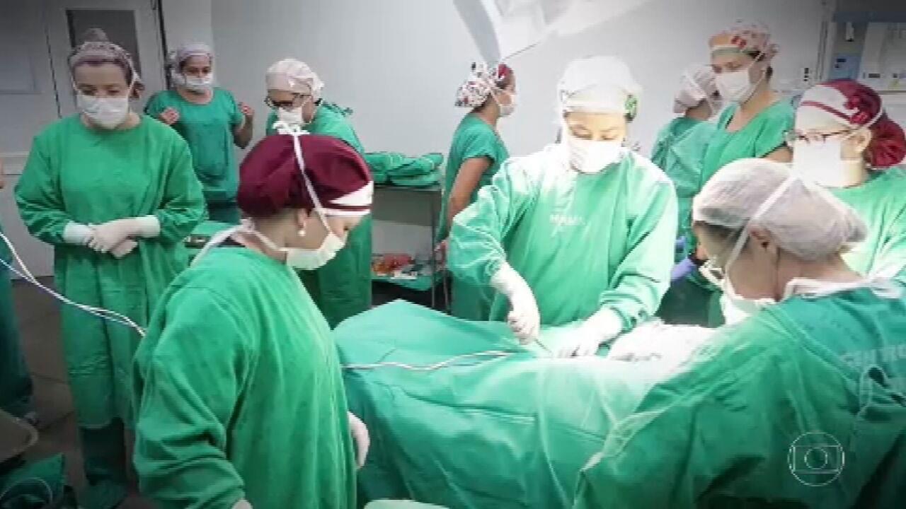Equipe de 50 profissionais faz parto e ao mesmo tempo cirurgia para retirar tumor de bebê