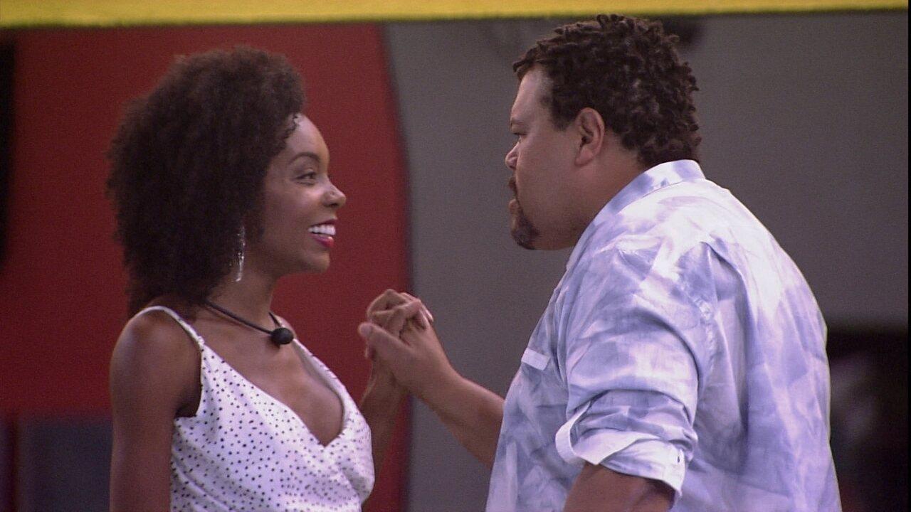 Thelma e Babu se unem na luta contra o racismo.