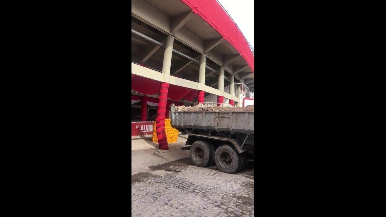 Caminhão esbarra e danifica coluna do estádio dos Aflitos