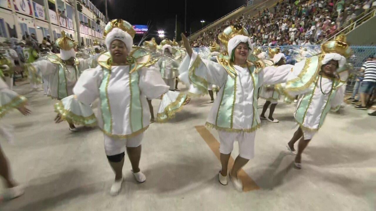 Baianas do Império Serrano desfilam sem saias