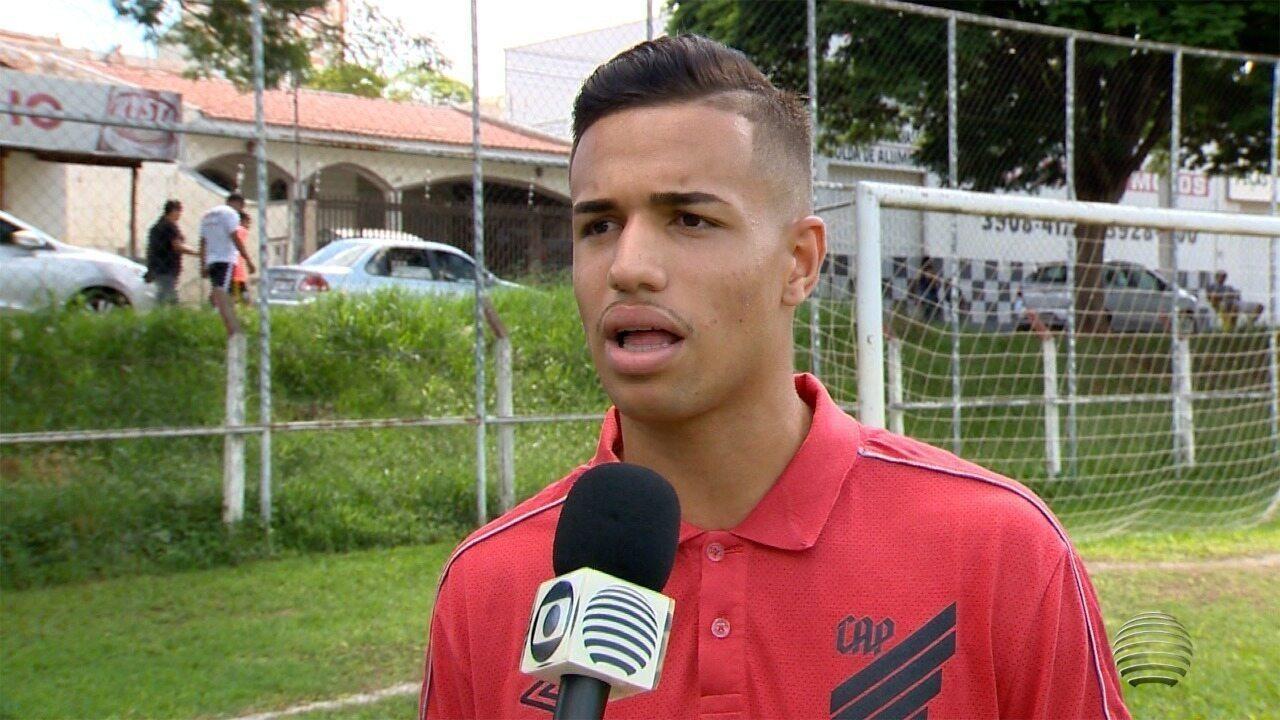 Em entrevista à TV Fronteira, Vinicius Kaue falou sobre a admiração por Renan Lodi; assista