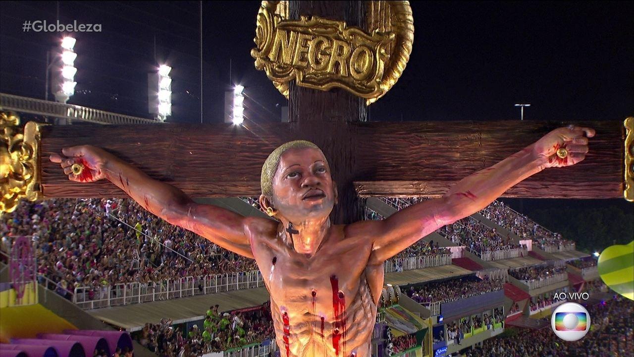 """Carro alegórico """"O Calvário"""" é um dos destaques do desfile da Mangueira"""