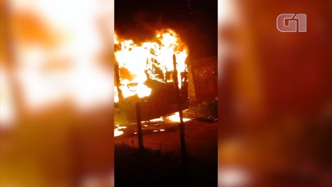Ônibus pega fogo no bairro Santa Maria da Codipi, em Teresina