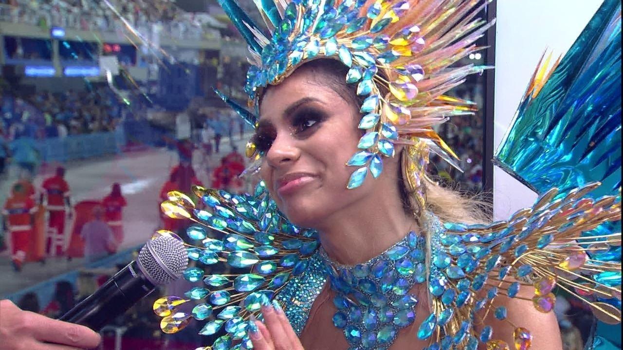 'A pista tava molhada', diz Lexa após tombo durante desfile da Tijuca