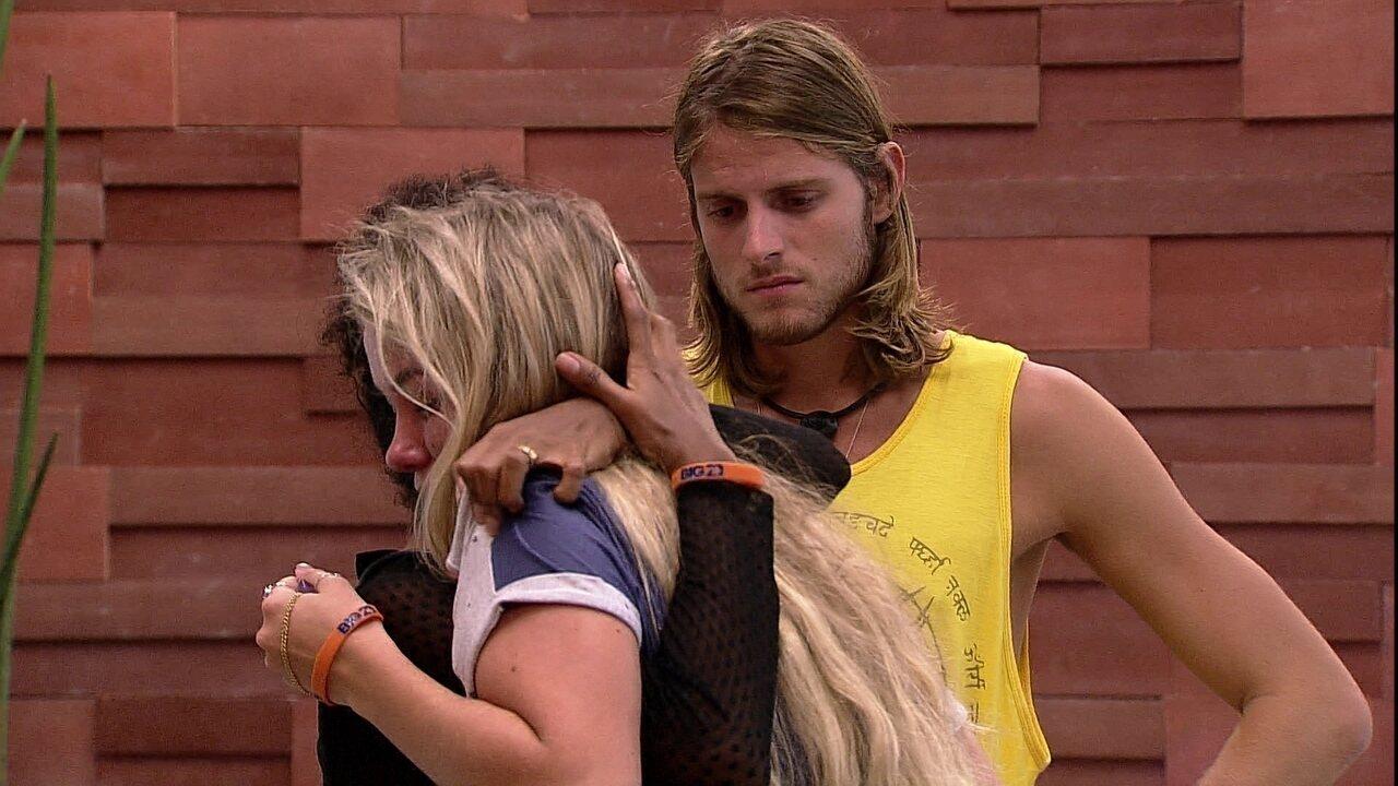 Daniel e Thelma consolam Marcela que chora na área externa