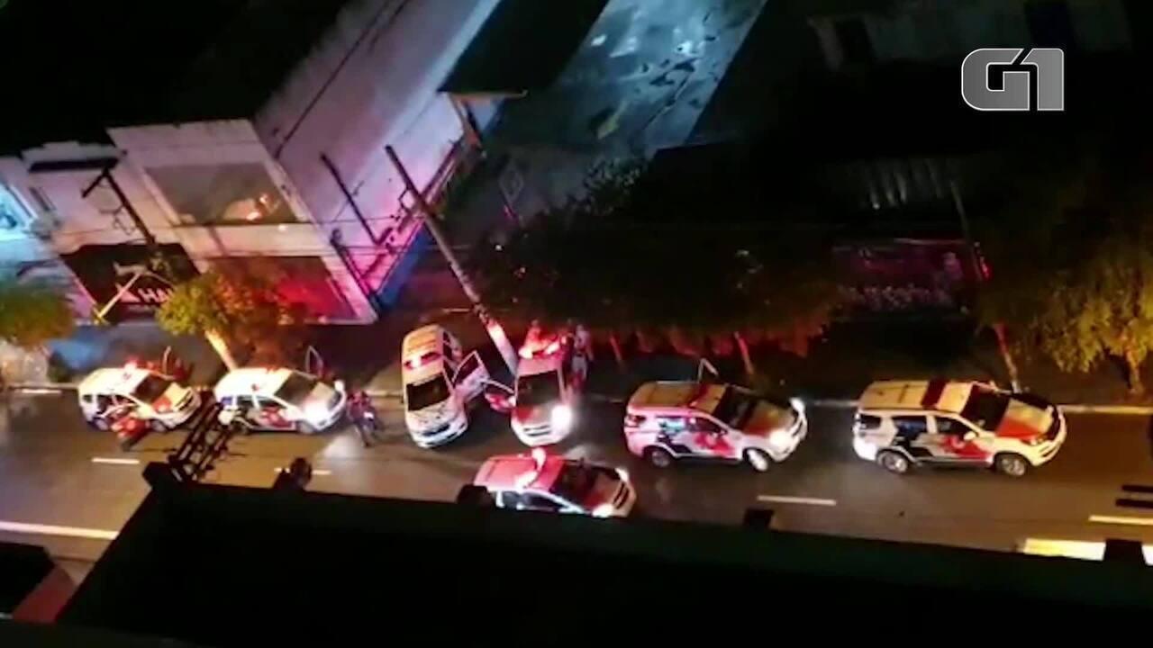 PM atende ocorrência de 3 esfaqueados na Rua Teodoro Sampaio, em Pinheiros, Zona Oeste de