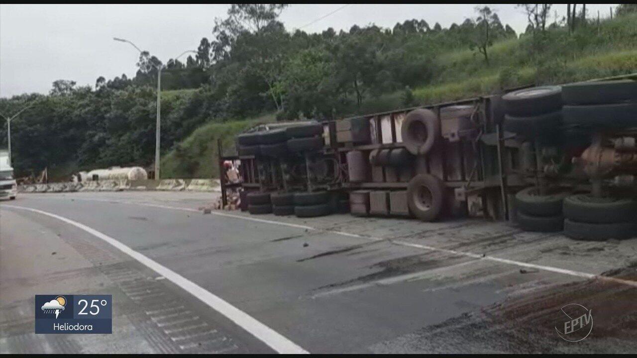 Caminhão tomba na Fernão Dias e tem carga furtada