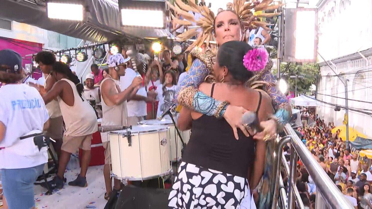 Ivete Sangalo dança com fã em cima do trio, no Campo Grande