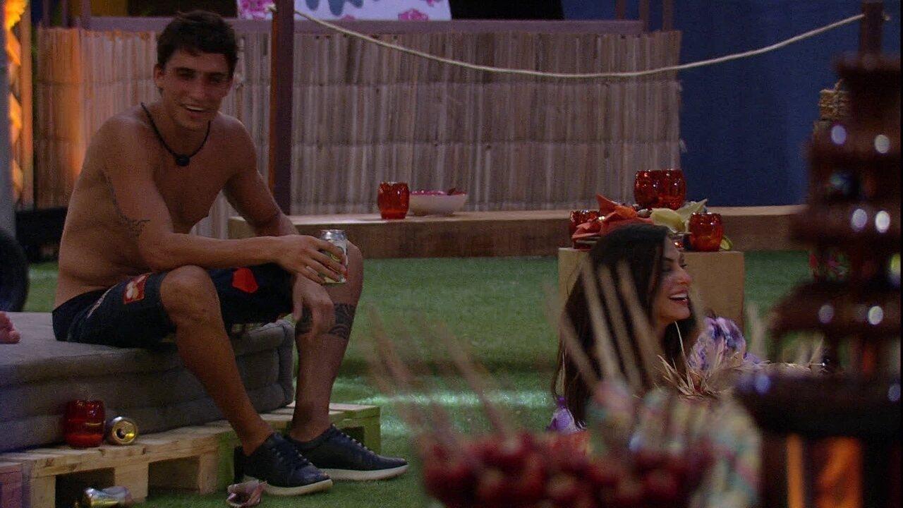 Felipe fala nome de Gizelly e sister se aproxima para saber o assunto