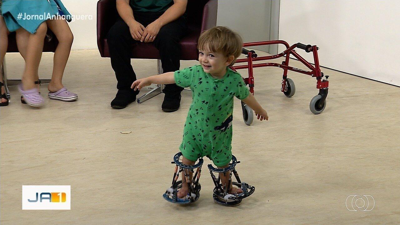Resultado de imagem para Após campanha, menino faz tratamento para conseguir andar, em Goiânia