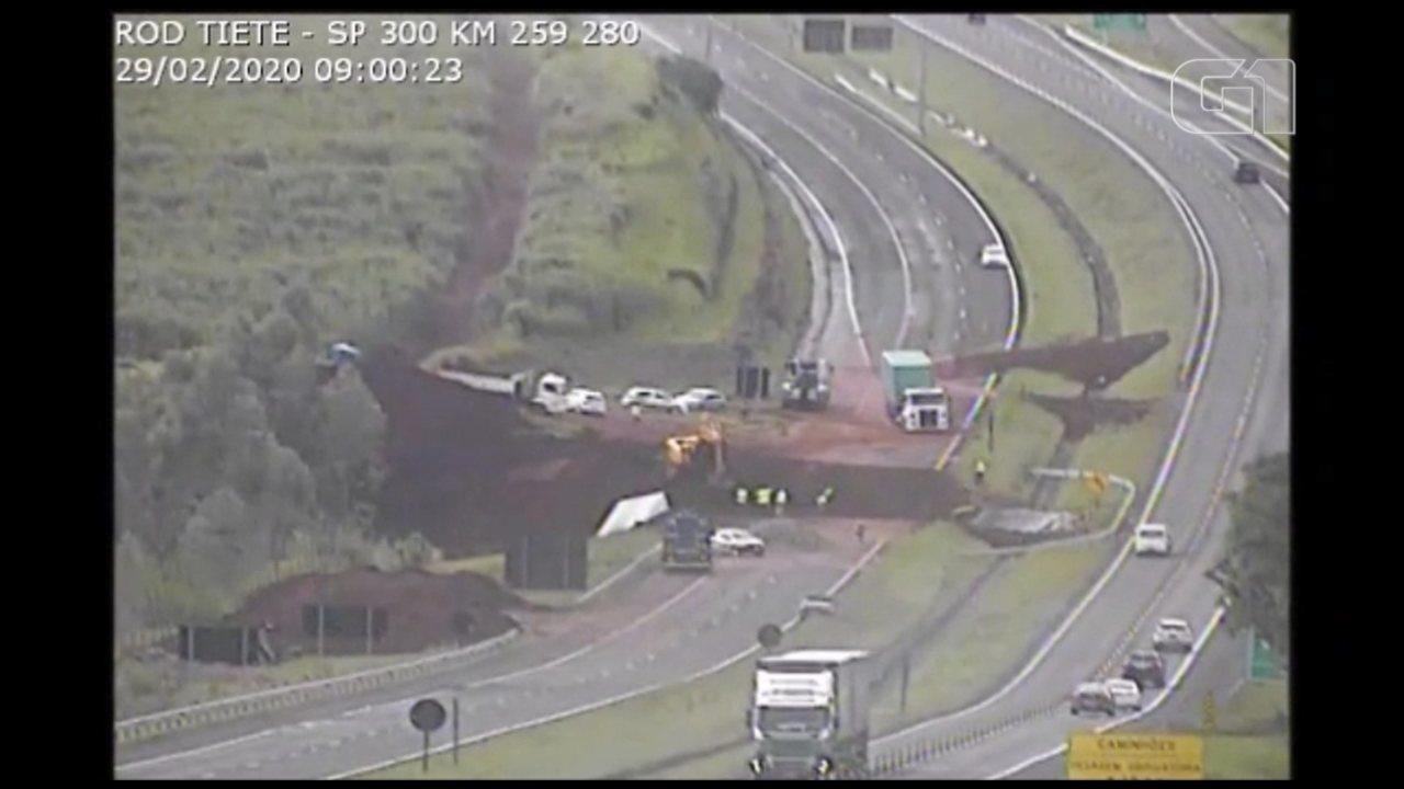 Vídeo mostra manobra de caminhão que quase caiu em cratera aberta pela chuva em Botucatu