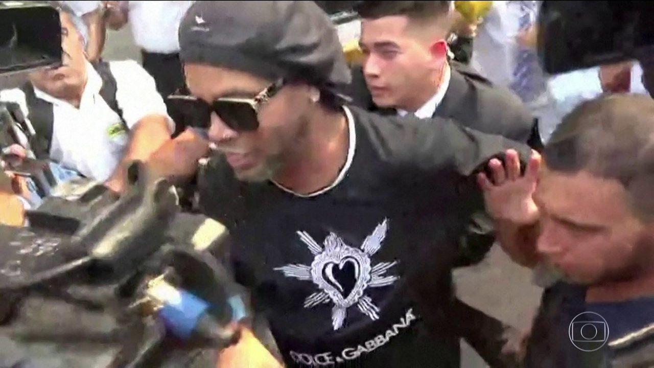 Ronaldinho Gaúcho passa horas se explicando a autoridades da Justiça paraguaia