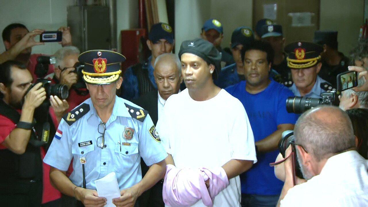 Ronaldinho Gaúcho chega algemado ao Palácio de Justiça de Assunção