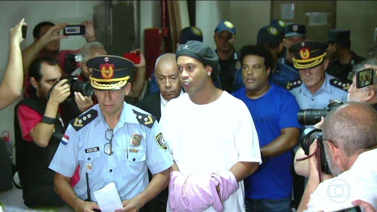Ronaldinho Gaúcho e Assis seguem presos preventivamente no Paraguai