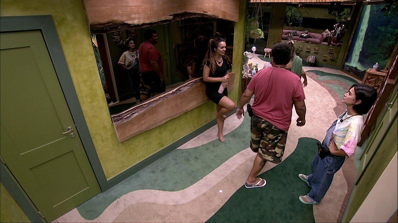 Babu brinca com Gizelly e Felipe: 'Vai rolar beijinho e conchinha'