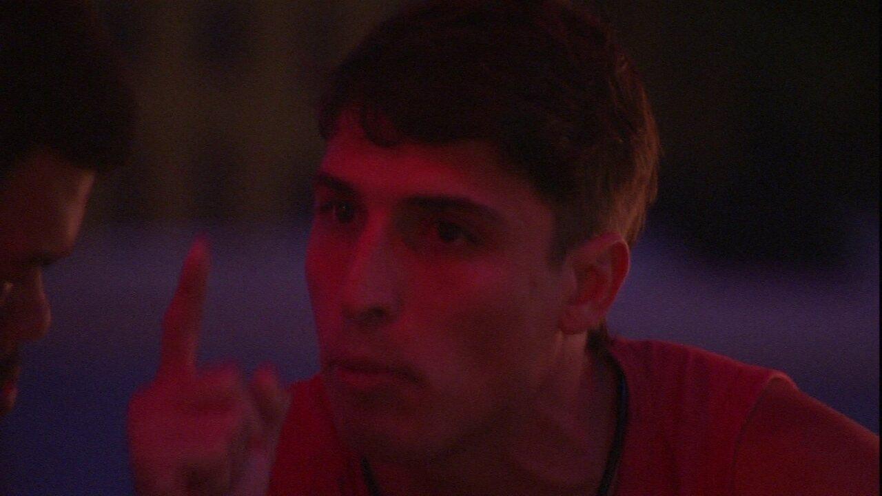 Felipe desabafa com Babu após conversa com Gizelly: 'Eu sou muito homem para me desculpar'